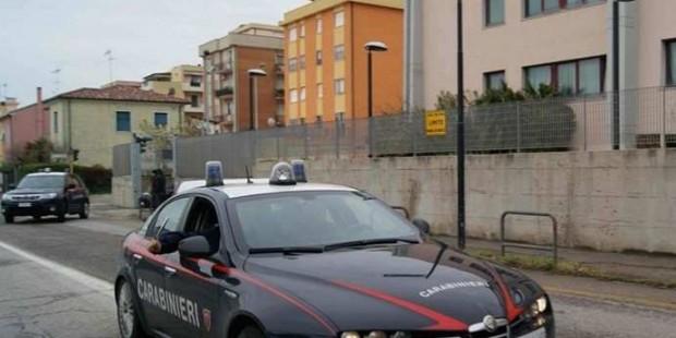Rapina in banca, clienti legati: bottino circa 30mila euro