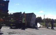 Si ribalta camion carico di rifiuti