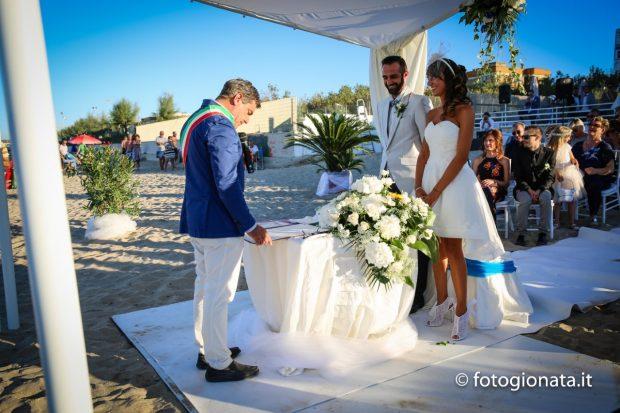 Matrimonio In Spiaggia Nelle Marche : Celebrato il primo matrimonio in spiaggia nella storia di