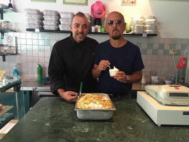 """Enrico Ruggeri a Marotta per gustare il gelato """"Il mare d'inverno"""" del maestro Joseph"""