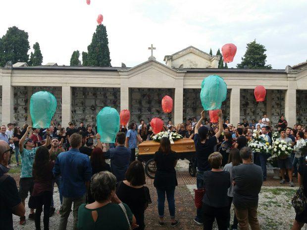 A Pergola l'ultimo saluto a Marco, 18 lanterne volano in cielo