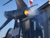 Un vero jet supersonico come insegna dell'azienda