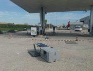 Assalto al distributore di benzina, sradicati due self service