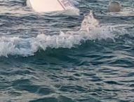 Gabicce Mare, barca a vela incagliata negli scogli. Scongiurato danno ambientale