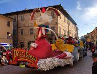 Carnevale Pergolese: carri da tutta la vallata, gruppi mascherati, musica e divertimento