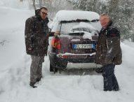 Neve, a San Lorenzo in Campo carabinieri e sindaco salvano olandesi rimasti bloccati con l'auto