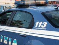 Cerca di investire i poliziotti, poi gli aizza contro il cane: arrestato pusher