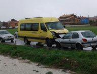 Frontale tra scuolabus e auto
