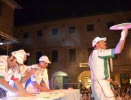 A San Lorenzo in Campo 'Pizza in Piazza': Nazionale Acrobati Pizzaioli, artisti di strada e 'gemellaggio' con Pesaro