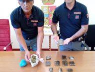 Passeggiava lungomare con panetti di hashish e marijuana, arrestato