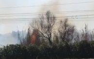 Incendio nei pressi della ferrovia, bloccato il transito dei treni