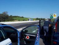 Polizia sventa suicidio in autostrada