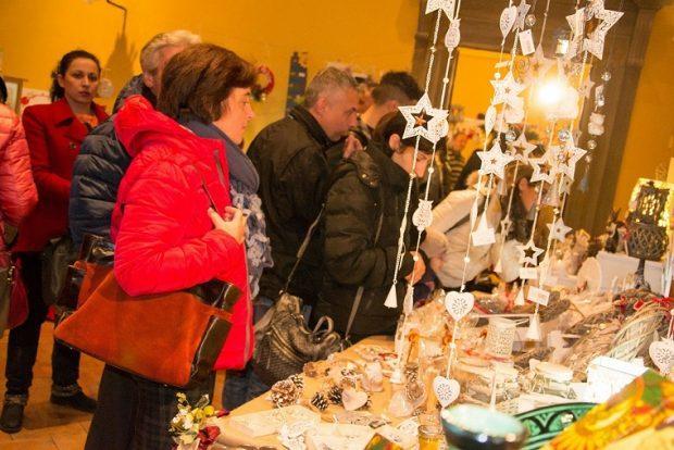 """Con il coro di Bolzano e artisti di strada scatta a Frontone  """"Nel Castello di Babbo Natale"""""""