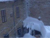 Sisma, non ci sono vittime. Slavine, 30mila persone senza luce e cumuli neve 3-4 metri