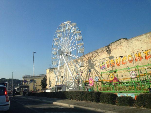 Una ruota panoramica alta 25 metri per vedere la città di Fano e il Carnevale da un'altra prospettiva