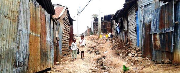 Morire di rifiuti negli slum africani. La presenza de L'Africa Chiama
