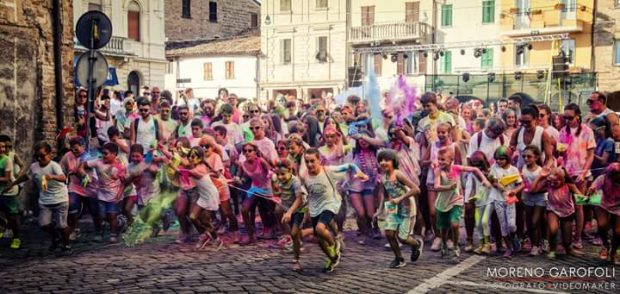 Artisti di strada, Pizza Color Run, musica: a San Lorenzo in Campo per Pizza in Piazza un pieno di arte e divertimento
