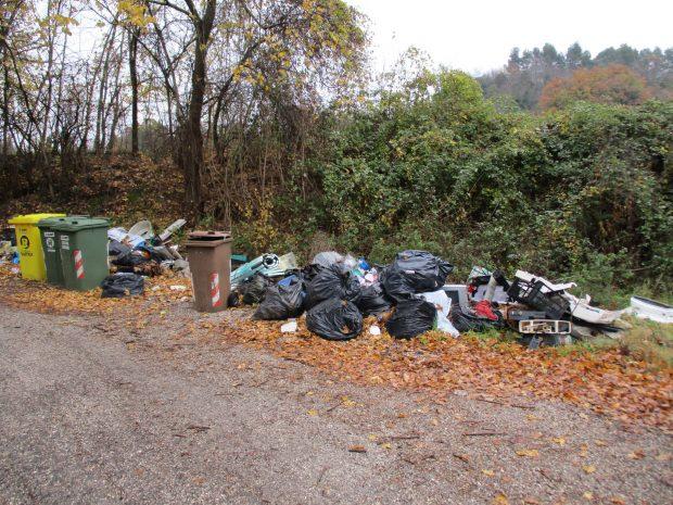 Incivili dei rifiuti: oltre 500 verbali tra Fano, Fossombrone e Pergola