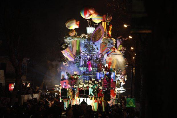Oltre 10mila persone al Carnevale di Fano: giornata di festa ma anche di riflessione con grandi ospiti e Flash Mob da Guinness