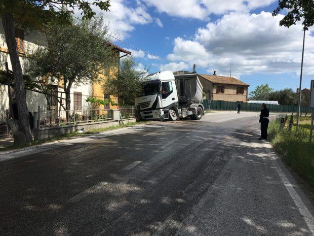 Scoppia ruota del camion, abbattuti colonnina gas e muretto