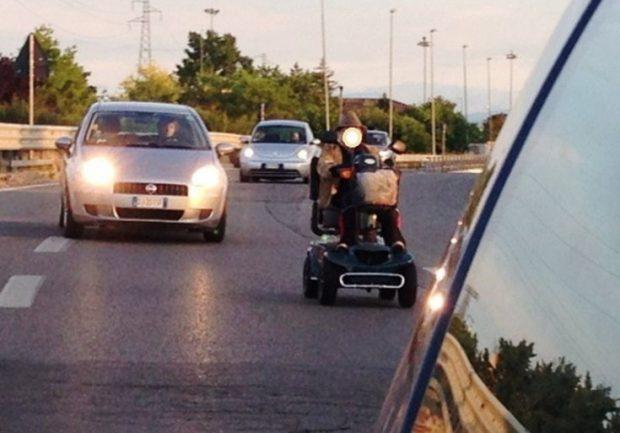 In superstrada con la sedia a rotelle elettrica