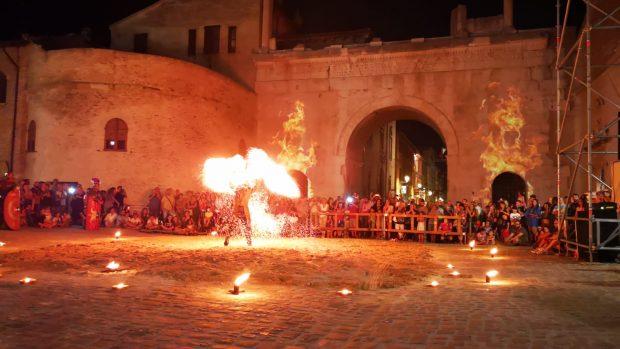 La Fano dei Cesari, magico spettacolo d'apertura. Stasera cultura e giovedì la giornata dei Cesarini