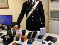 Viaggiava con sette smartphone nuovi e pistola a salve: denunciato