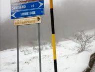 La prima neve colora il monte Catria di bianco