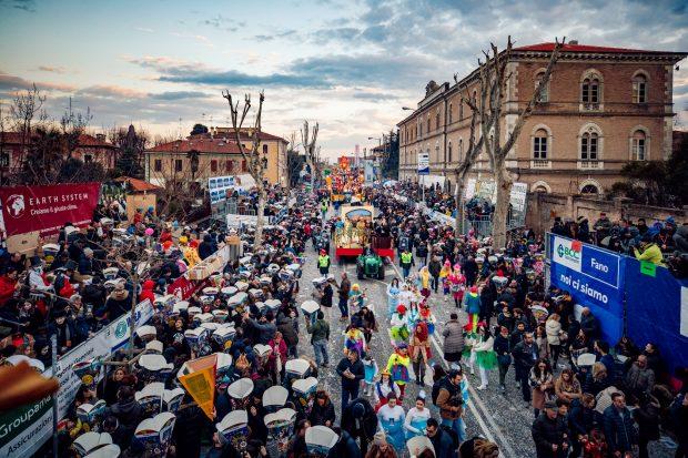 Mare, amici a 4 zampe, gemellaggi e un grande artista per la seconda domenica del Carnevale di Fano