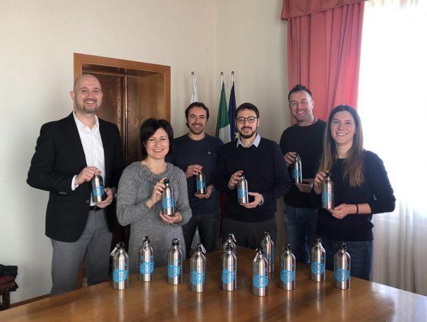 """Mondolfo Marotta: l'Amministrazione comunale consegnerà le borracce """"Plastic Free"""" a tutti gli alunni delle scuole elementari e medie"""