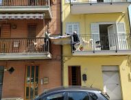 Coronavirus, nelle Marche pranzo della domenica tra due balconi