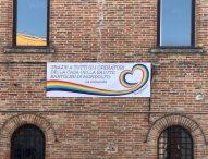 Mondolfo, sul Palazzo comunale esposto lo striscione per ringraziare gli operatori della Casa della Salute