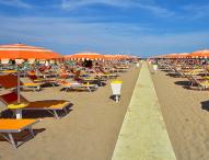 Estate, le regole per l'accesso e la fruizione delle spiagge: distanza tra ombrelloni fissata a 10,50 mq