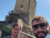 Totti e Ilary Blasi a Frontone: selfie con il sindaco e tappa al rifugio del Catria