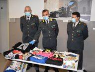 Vendita capi abbigliamento contraffatti, sequestrati dalla Guardia di Finanza 700 articoli