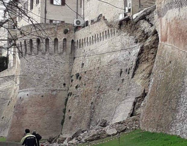Crolla porzione di mura storiche di Corinaldo, evacuate 10 famiglie