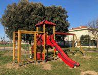 Nuovi giochi nei parchi pubblici di Mondolfo Marotta. Sono finanziati con riduzione indennità di sindaco e assessori
